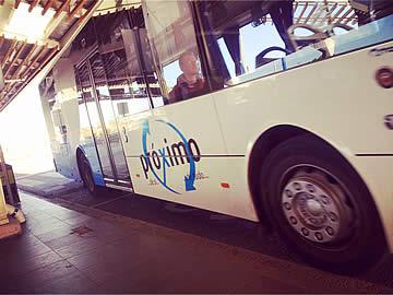 Öffentlicher Bus Ankunft am Flughafen Faro