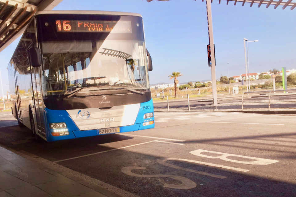 Faro Flughafen Bushaltestelle
