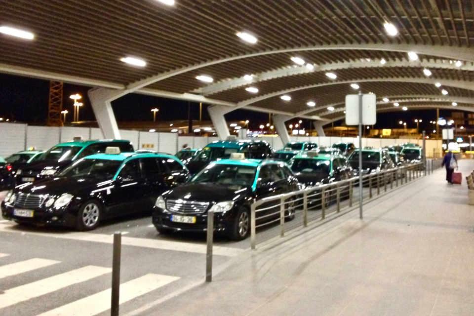 Öffentliche Taxis am Flughafen