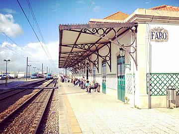 Passagiere an der Station warten auf den nächsten Zug